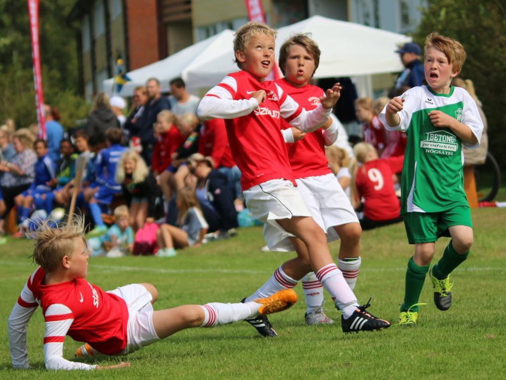Inte alltid så lätt att hålla fokus på bollen. Foto: Alf Lindberg